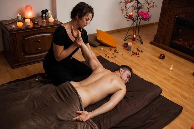 Entspannen sie die tantramassage für den menschen in vier händen mit aromaölen Premium Fotos