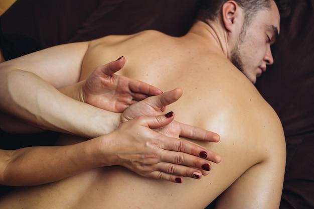 Entspannen sie die tantramassage für den menschen in vier händen mit aromaölen