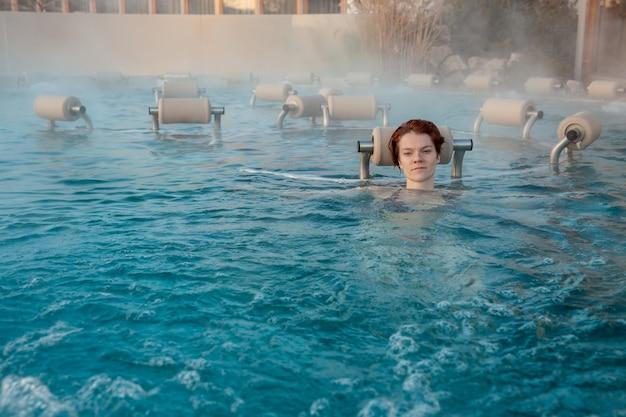 Entspannen sie im termalnix spa, frau im schwimmbad im winter.