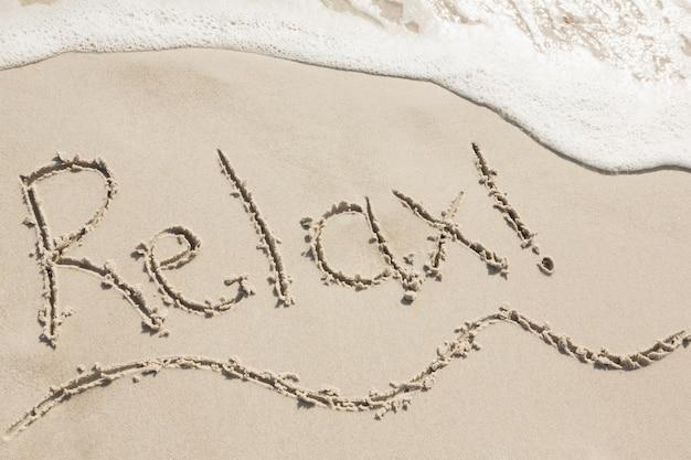 Entspannen sie sich auf sand geschrieben