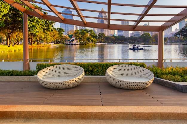 Entspannen sie sich in der dämmerungszeit in einer ecke auf dem dachgarten einer eigentumswohnung mit stühlen im parkgarten