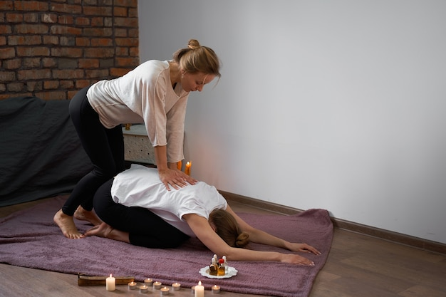 Entspannen sie sich und genießen sie im spa-salon eine thai-massage durch einen professionellen masseur.