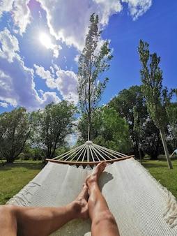 Entspannen und ausruhen in einer hängematte und dabei die natur genießen