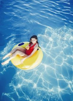 Entspannende frau in einem pool