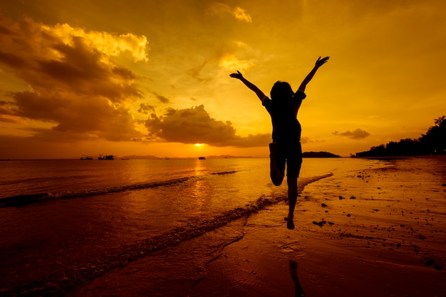 Entspannende frau springt meer am strand