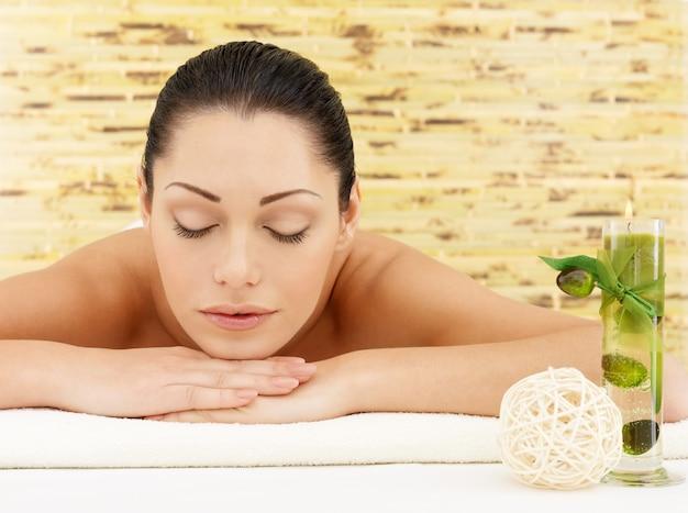Entspannende weiße frau im beauty spa salon. erholungstherapie. ruhende frau mit geschlossenen augen