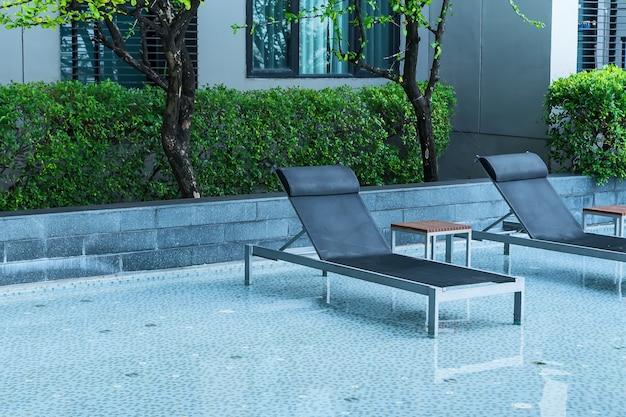 Entspannendes poolbett neben dem pool.