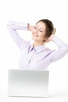 Entspannt arbeiter sitzt an ihrem schreibtisch