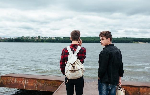 Entspannt jungs auf dem pier