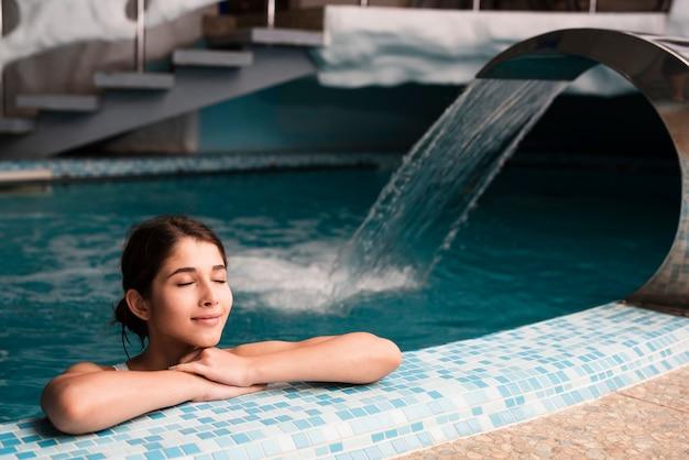 Entspannte frau, die badekurorttag genießt