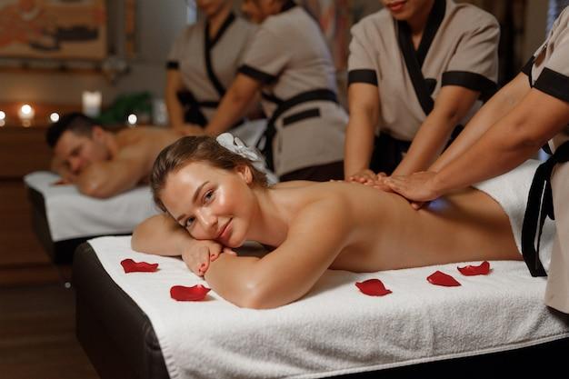 Entspannte frau genießt ihre massage