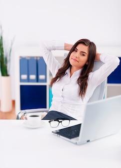 Entspannte geschäftsfrau im büro