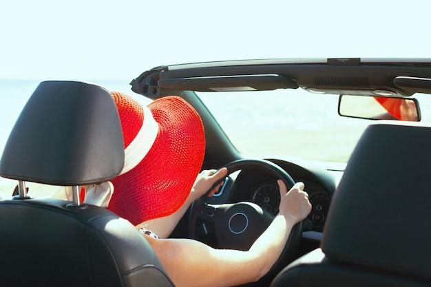 Entspannte glückliche frau, die in ein auto reist