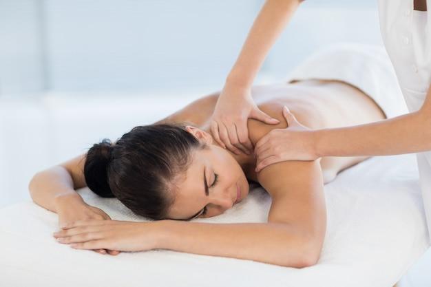 Entspannte nackte frau, die rückenmassage erhält