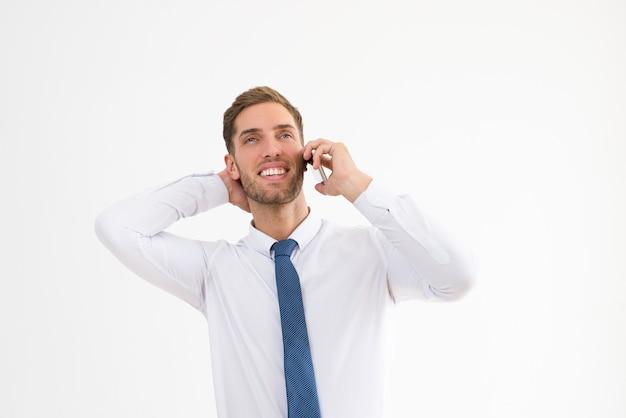 Entspannter geschäftsmann, der am handy spricht