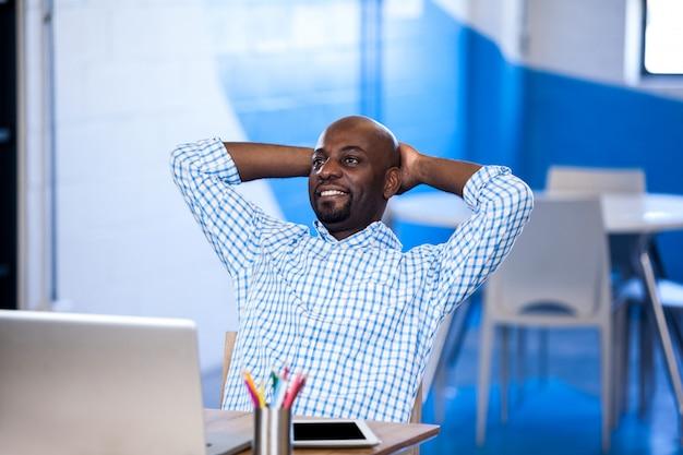 Entspannter geschäftsmann vor seinem laptop