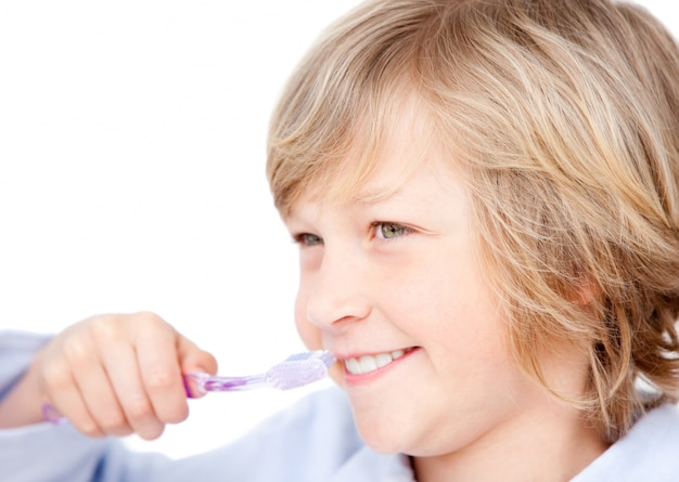 Entspannter junge, der seine zähne putzt