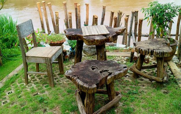 Entspannter rustikaler teetisch auf der terrasse am wasser