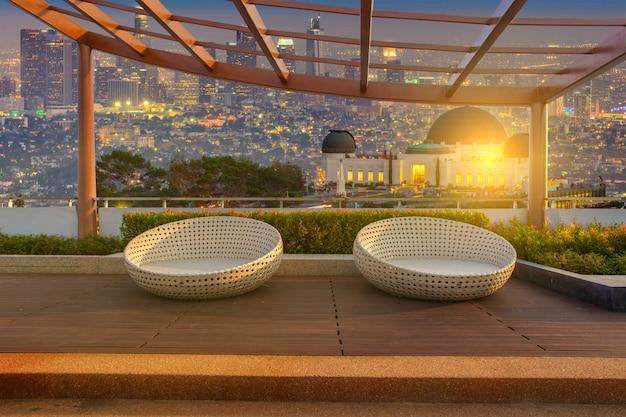 Entspannungsecke auf dem dachgarten der wohnanlage mit stühlen