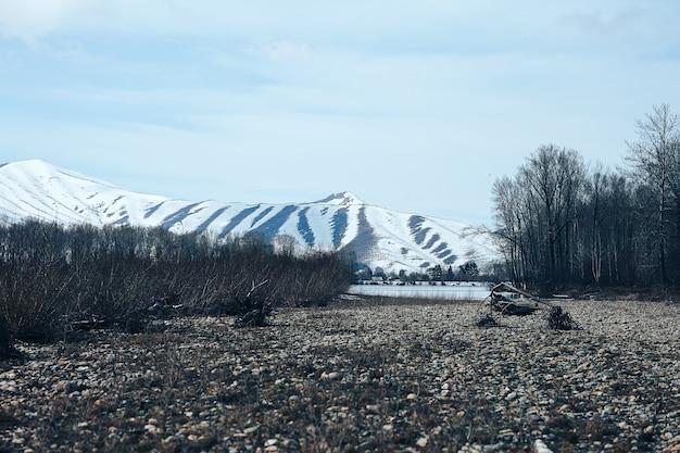 Entspringen sie in ostkasachstan landschaft verschneite berge und fluss mit eis