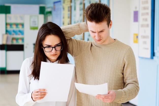 Enttäuschte studenten mit schlechten testergebnissen