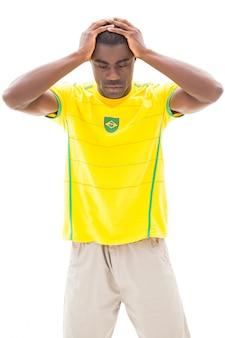 Enttäuschter brasilianischer fußballfan, der unten schaut