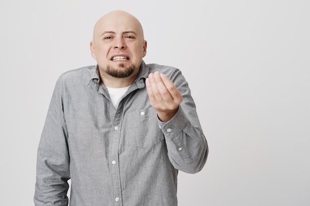 Enttäuschter glatzkopf beschwert sich
