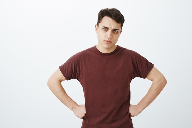Enttäuschter mann mann im roten t-shirt