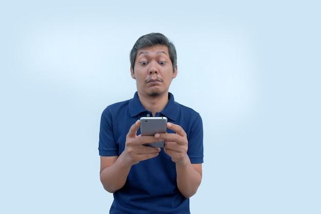Enttäuschtes gesicht des mannes beim blick auf den telefonbildschirm