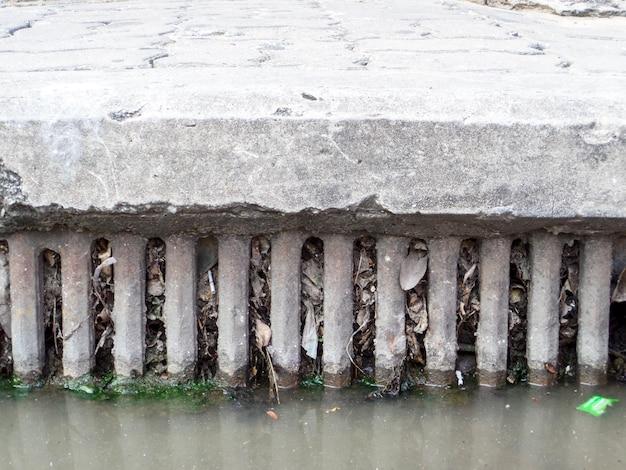 Entwässerung verstopft durch abfälle und abfälle und trockene blätter