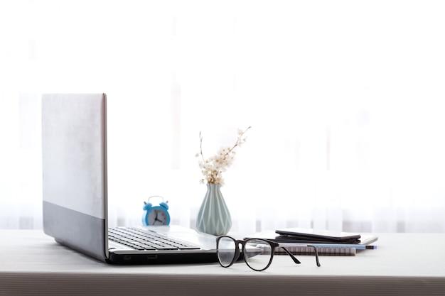 Entwerfen sie den büroarbeitsplatz mit laptop und kopierraum, der von zu hause aus arbeitet