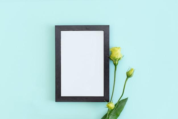 Entwerfen sie den innenraum, der auf der blauen tabelle mit plakatrahmen gefüllt wird.