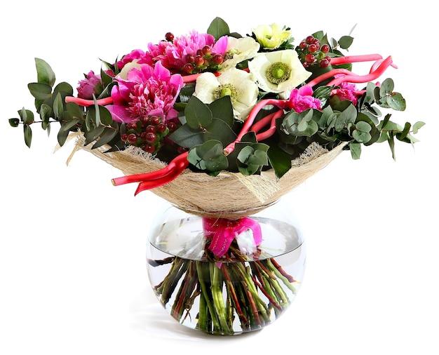 Entwerfen sie einen strauß aus rosa pfingstrosen, weißen mohnblumen und hypericum. blumenanordnung lokalisiert auf weißem hintergrund.