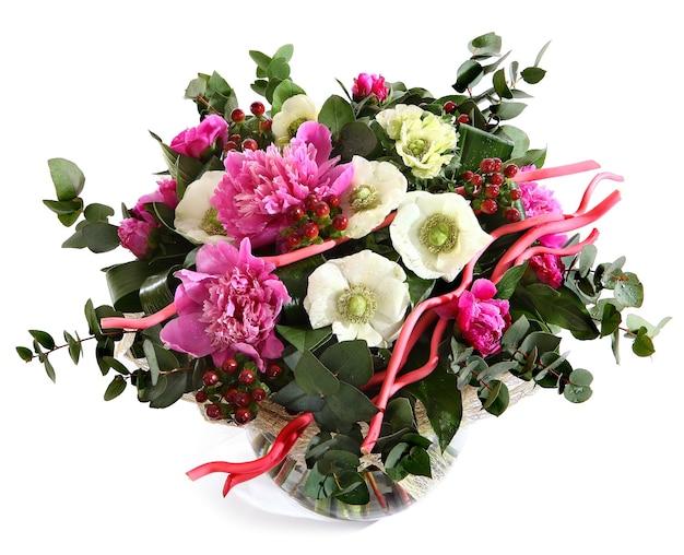 Entwerfen sie einen strauß aus rosa pfingstrosen, weißen mohnblumen und hypericum. rosa blüten, weiße blüten. blumenanordnung lokalisiert auf weißem hintergrund.