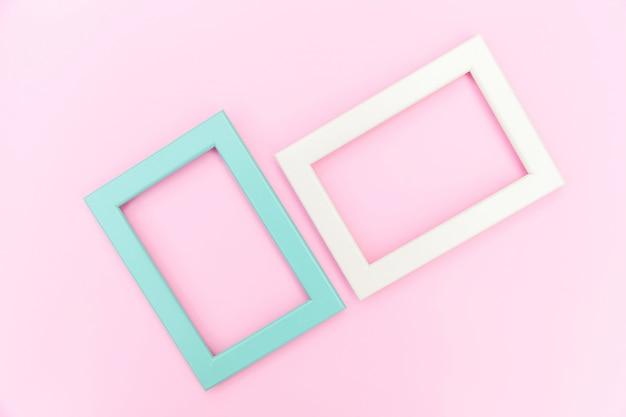 Entwerfen sie einfach mit leerem rosa und blauem rahmen lokalisiert auf rosa hintergrund