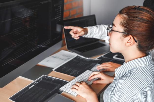 Entwickeln des programmiererteams, das computercodes liest entwicklung website-design