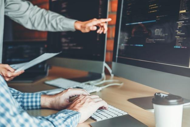 Entwickeln des programmiererteams entwicklung von website-design- und codierungstechnologien im büro eines softwareunternehmens