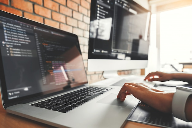Entwickeln konzentrierter programmierer, der computercodes liest entwicklung website-design