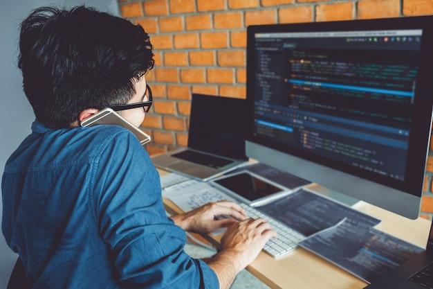 Entwickeln von programmierern entwicklung von website-design- und codierungstechnologien, die in bürobeständen von softwarefirmen arbeiten