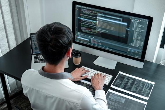 Entwicklerprogrammierer, der an codierungsprogramm-software-computer im büro arbeitet