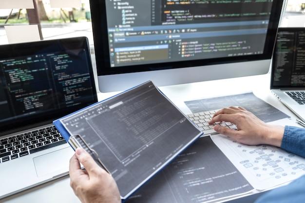 Entwicklerprogrammierer, der an einem projekt im softwareentwicklungscomputer im it-büro arbeitet