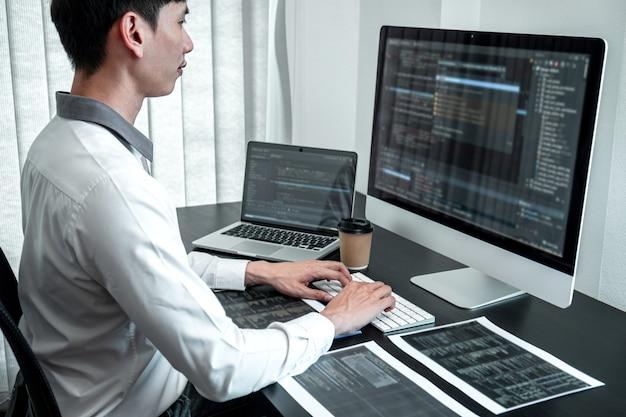 Entwicklerprogrammierer, der im büro an codierungsprogrammsoftware-computern arbeitet