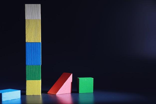 Entwicklung der kinder. holzspielzeug für kinder auf dem tisch im spielbereich. raum der kreativität und selbstentfaltung der kinder. konstrukteur aus holz.