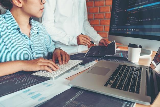 Entwicklung eines konzentrierten programmierers, der computercodes liest entwicklung des website-designs