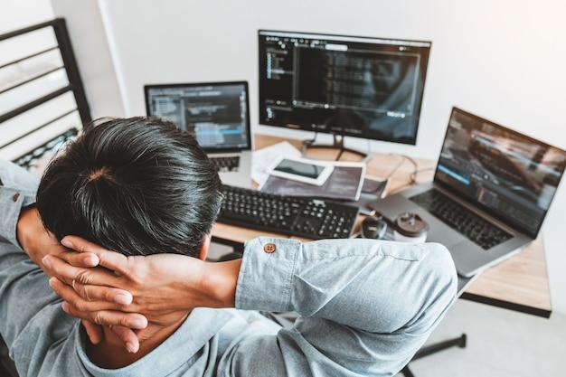 Entwicklung eines programmierers entwicklung von website-design- und codierungstechnologien im büro eines softwareunternehmens