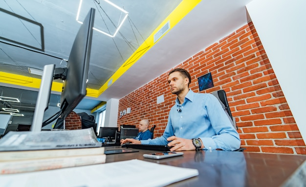 Entwicklung von programmier- und codierungstechnologien.