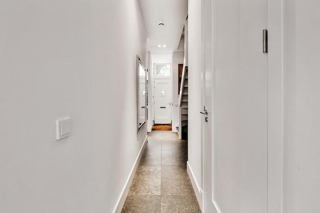 Entworfen in einem minimalistischen stil langer korridor