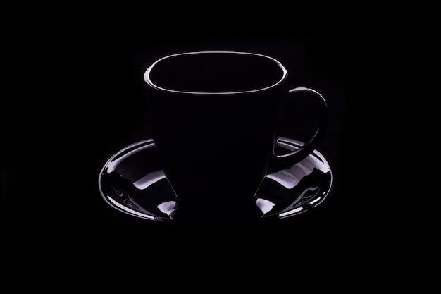 Entwurf einer dampfenden kaffeetasse auf schwarzer farbe