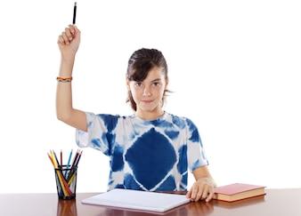 Entzückendes Mädchen, das in der Schule a über weißem Hintergrund studiert