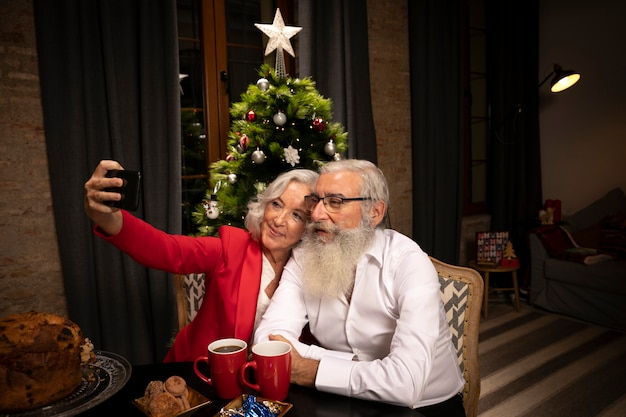 Entzückende ältere paare, die ein selfie nehmen